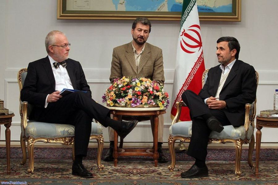 Ahmadinejad membalas menganggkat kaki