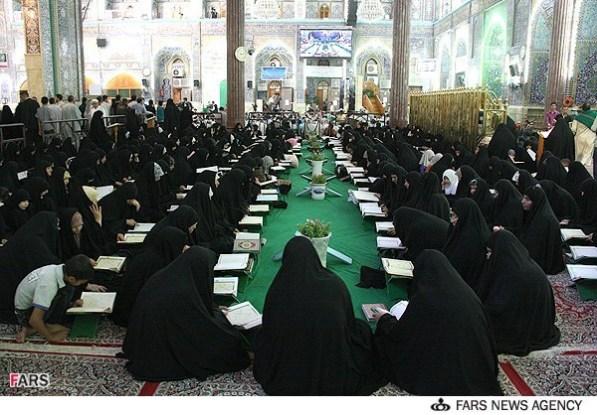 Wanita Iran membaca Quran berjemaah