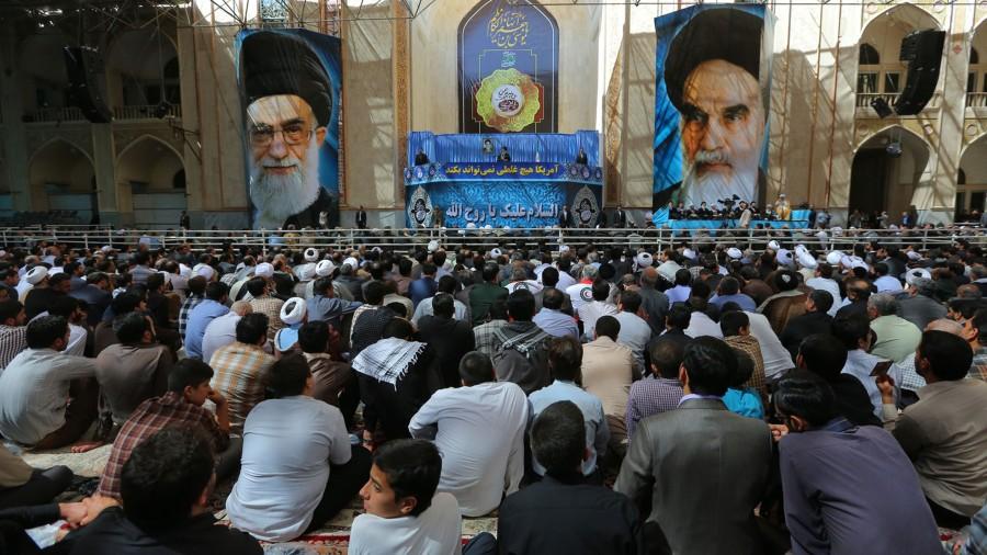 Pengunjung peringatan wafat Imam Khomeini